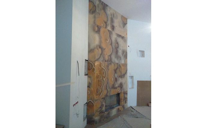 Камины из мрамора - Облицовка ониксом Миеле с подсветкой