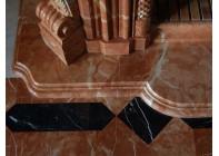 Красивое сочетание мраморного мозаичного пола и каминного портала