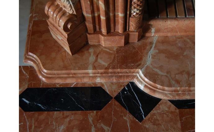 Оформление интерьера - Красивое сочетание мраморного мозаичного пола и каминного портала