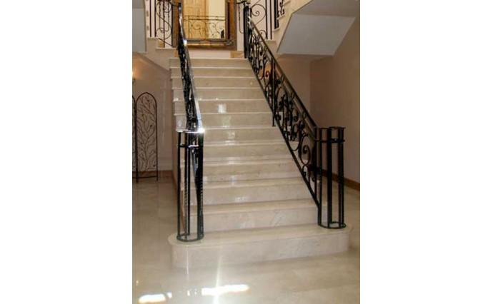 Лестницы - Мраморная лестница и полы из Crema Marfil с использованием красивых кованных ограждений