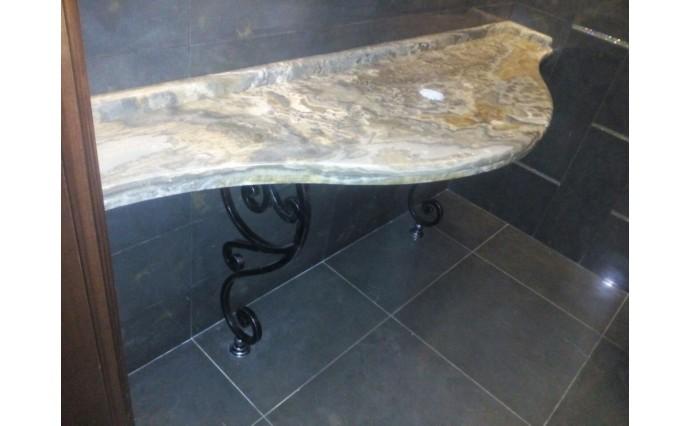 Столешницы из оникса - Пристенный столик из оникса на кованном основании